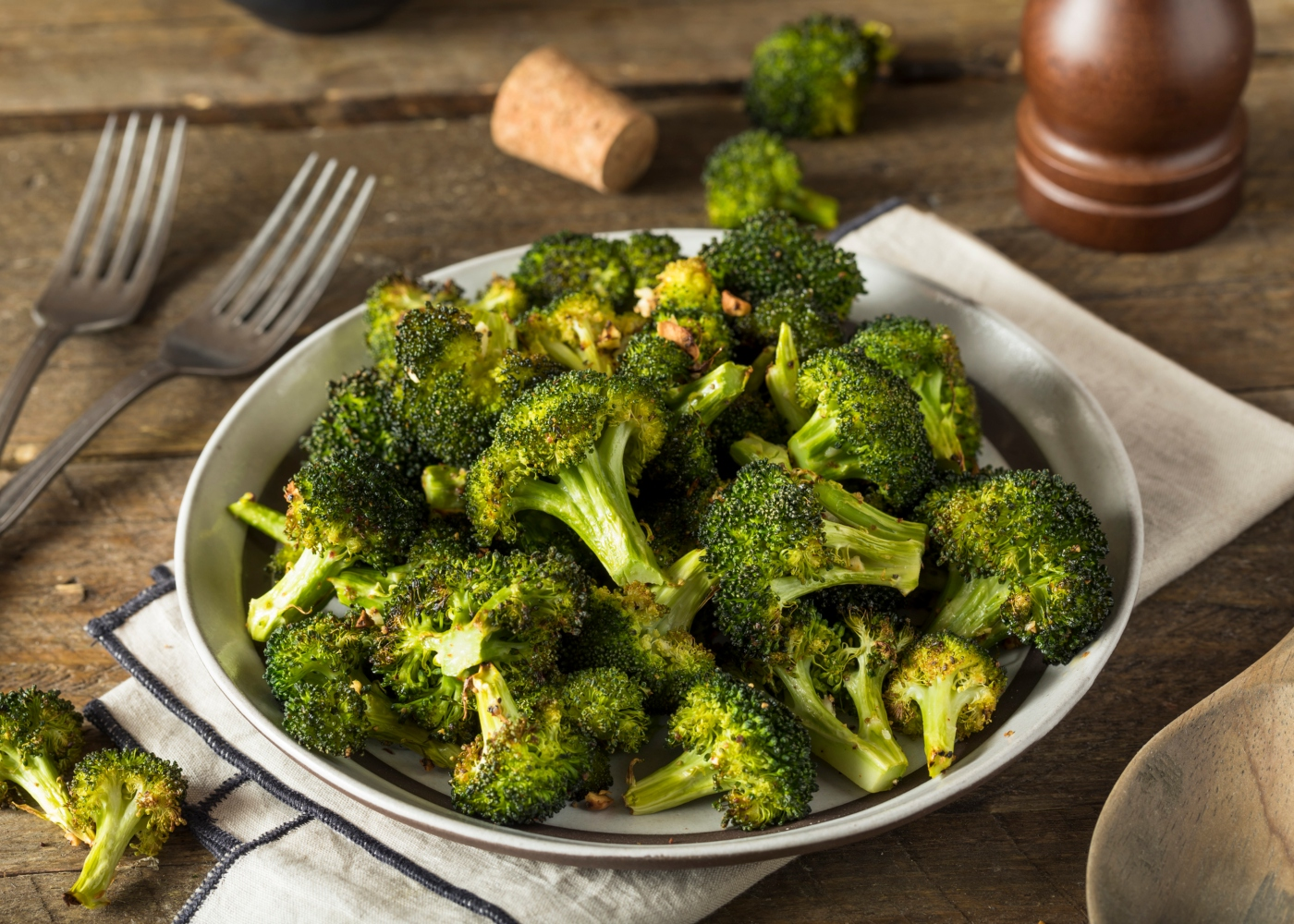 brócolos no forno no prato branco