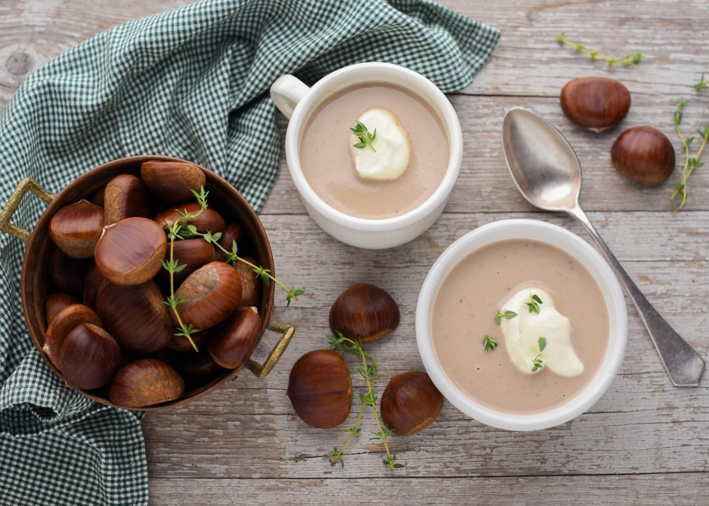 Duas taças de sopa de castanhas
