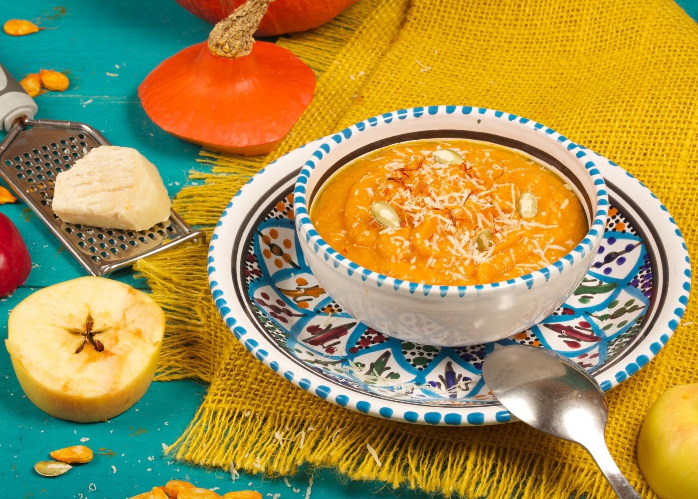 prato de sopa de abóbora com maçã