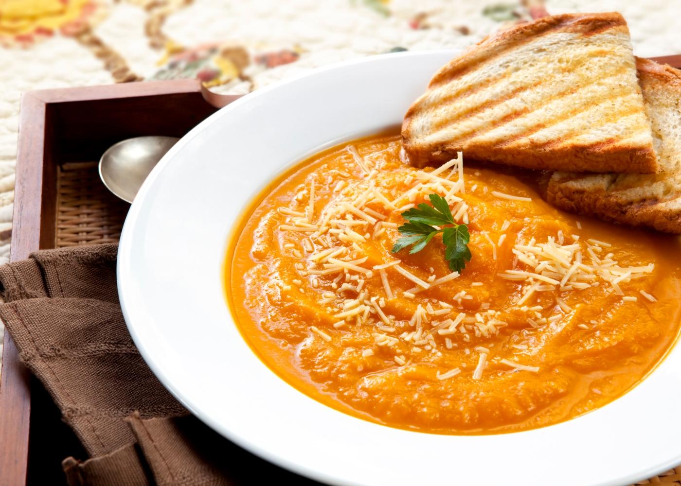 sopa de abóbora com queijo ralado