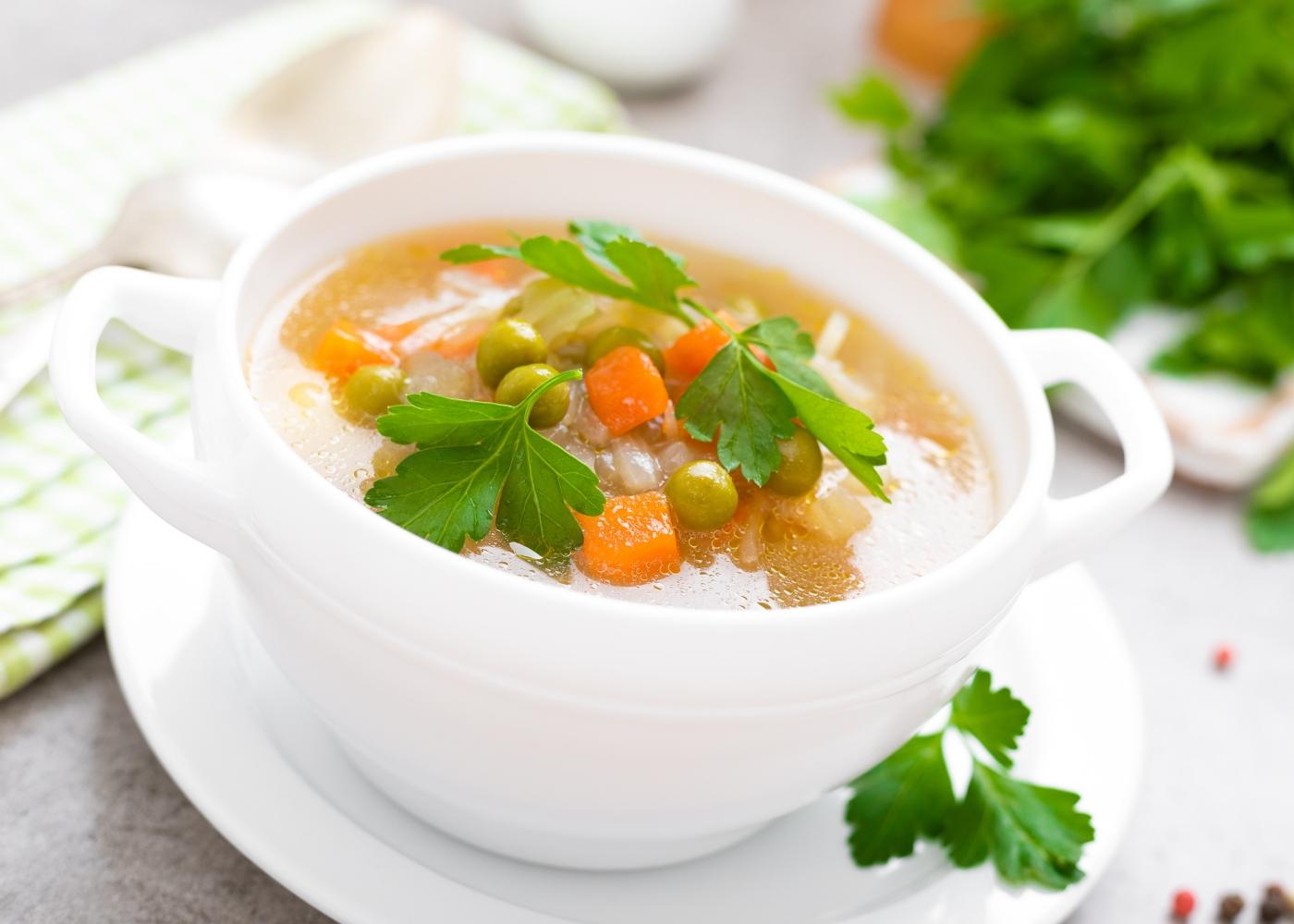tigela de sopa de cenoura e ervilhas sem batata