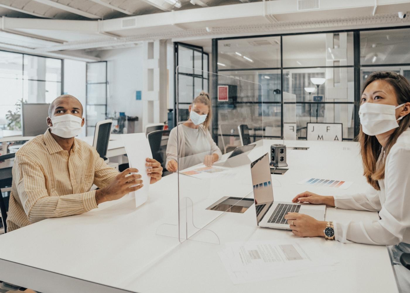 Trabalhadores no escritório da empresa
