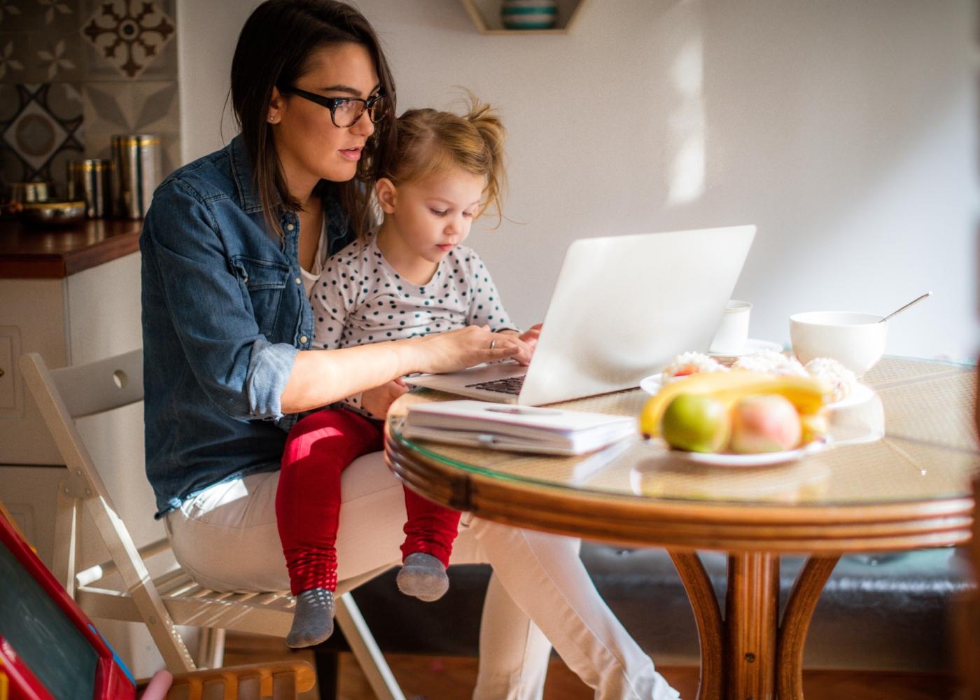 Mãe a pedir online o abono escolar para a filha