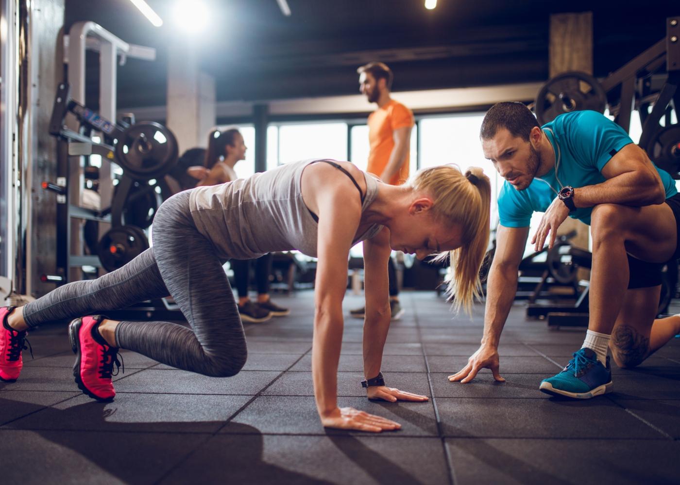 Personal Trainer a fazer treino funcional com atleta