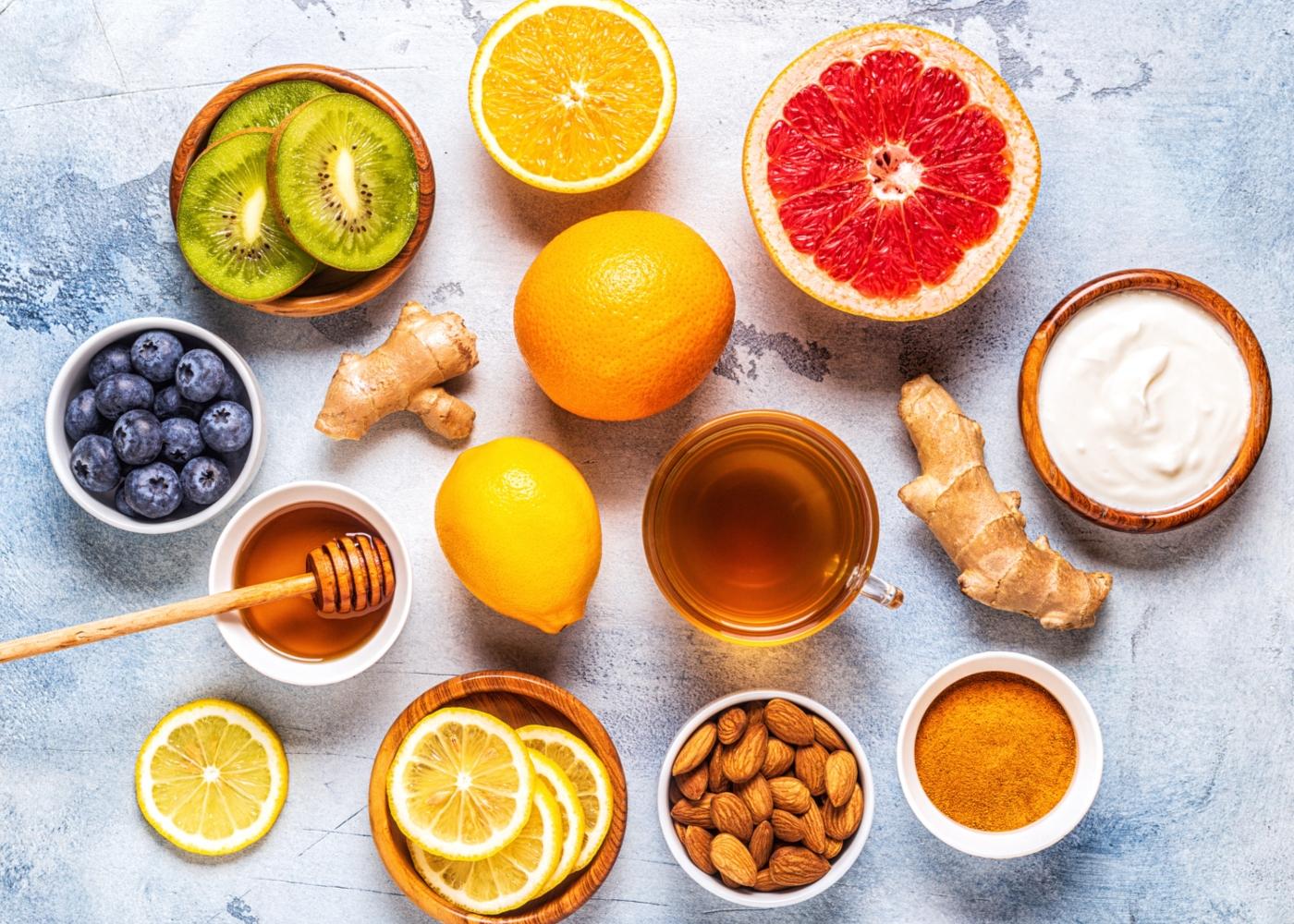 Variedade de alimentos ricos em vitamina C numa mesa