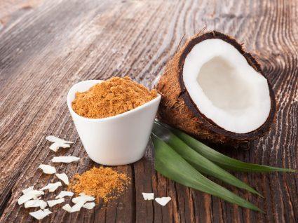 Taça com açúcar de coco em cima de mesa de madeira