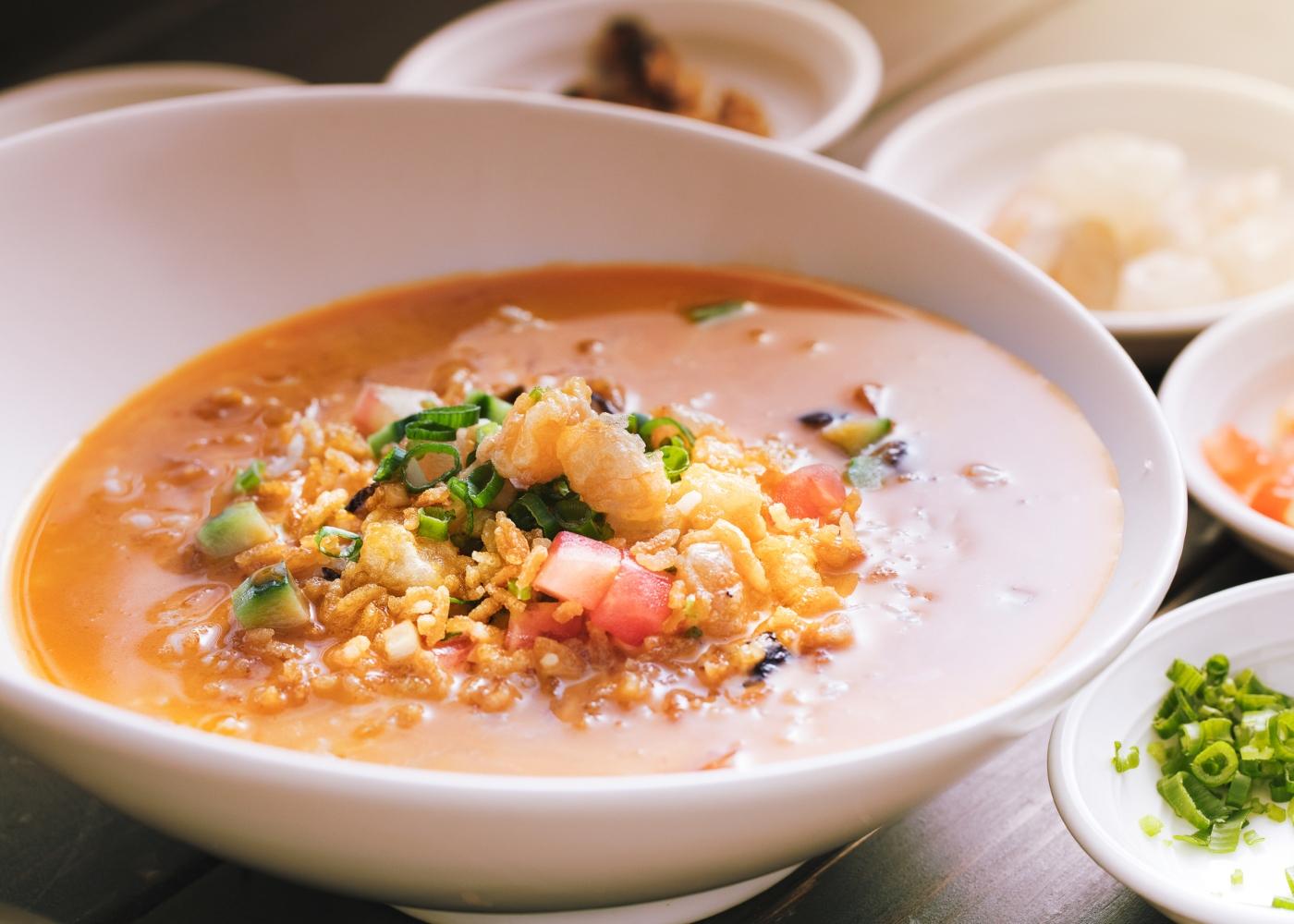 Arroz de bacalhau com piri-piri servido num prato fundo