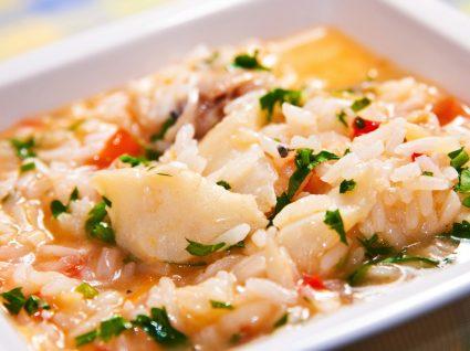Arroz de bacalhau servido num prato para o almoço