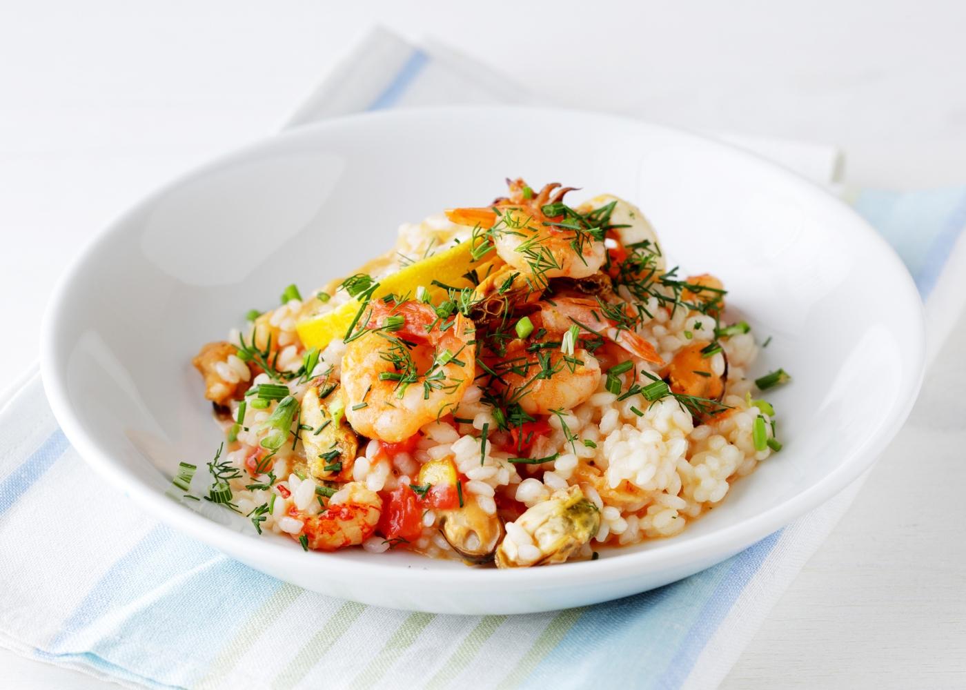 Arroz de camarão simples servido num prato fundo