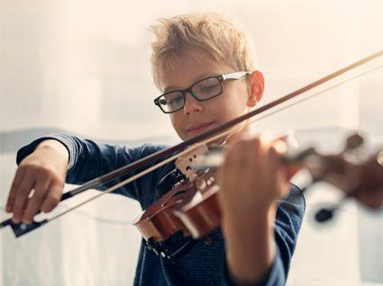 Atividades extracurriculares: criança numa aula de violino
