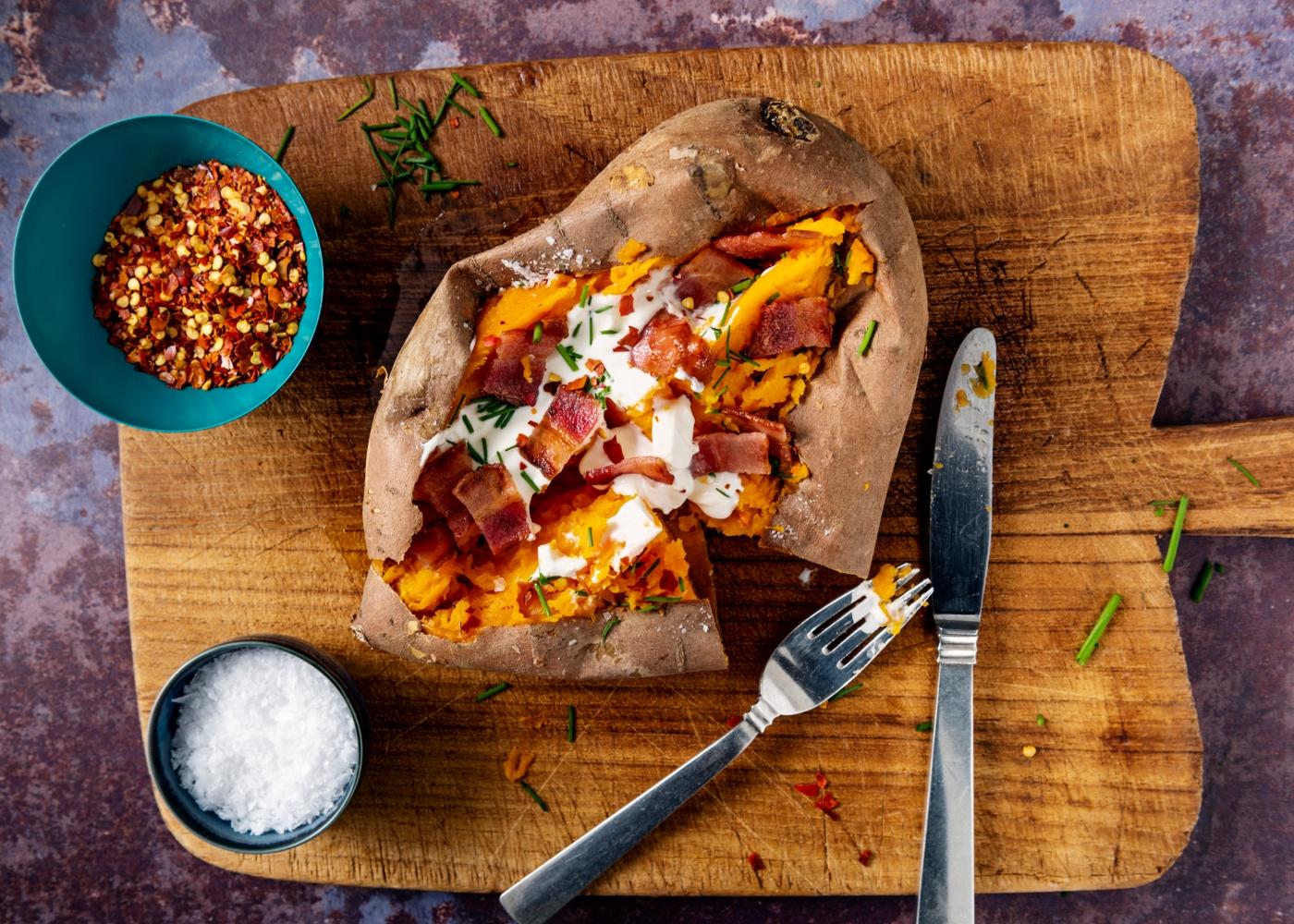 Batata-doce recheada com bacon e queijo de cabra