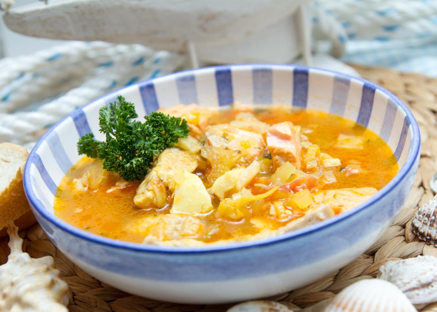 Caldeirada de bacalhau servida num prato fundo