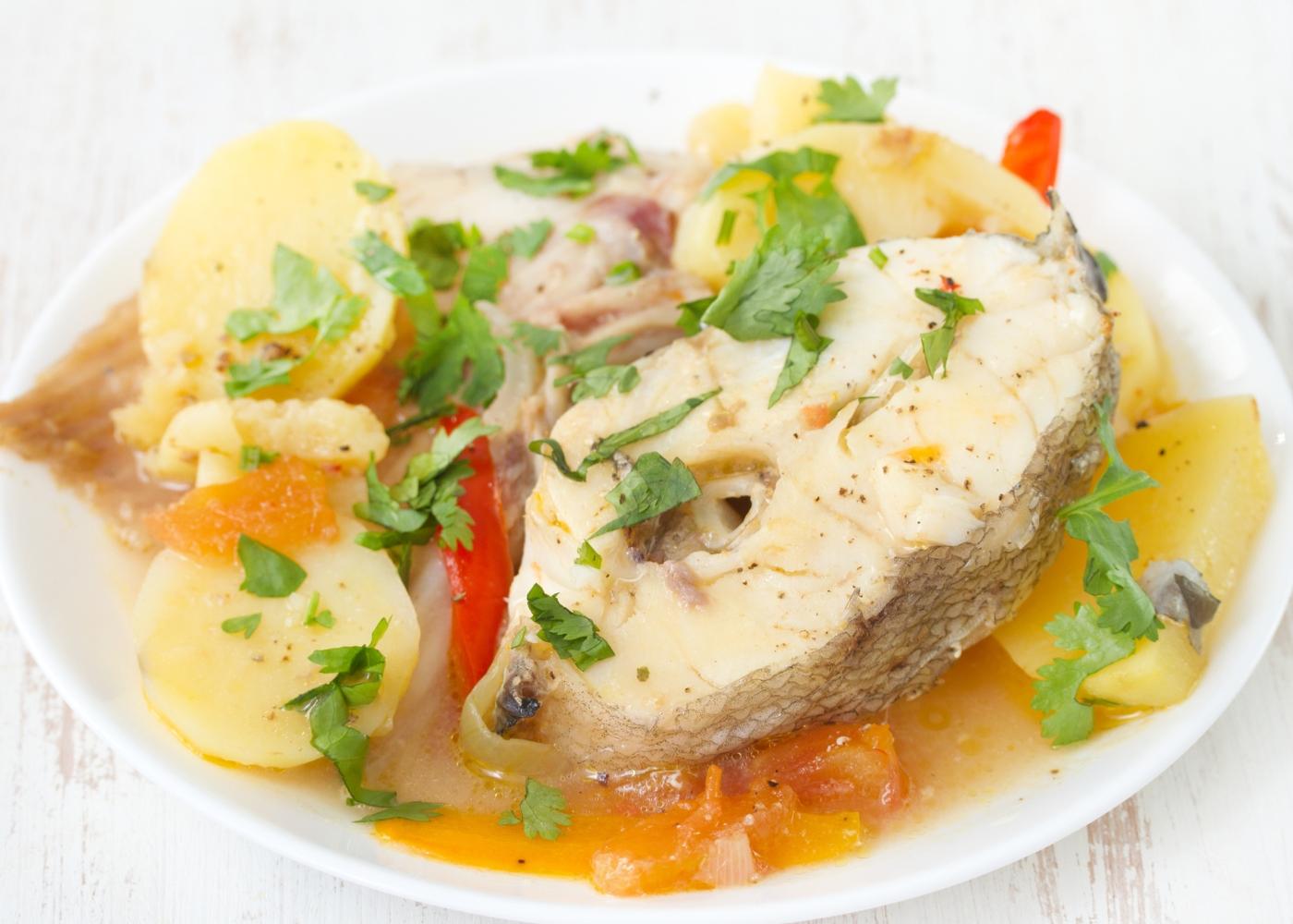 Caldeirada de garoupa servida num prato