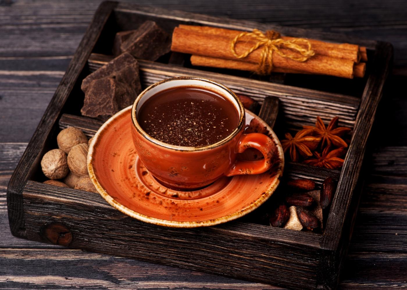 Chávena de chocolate quente com cardamomo