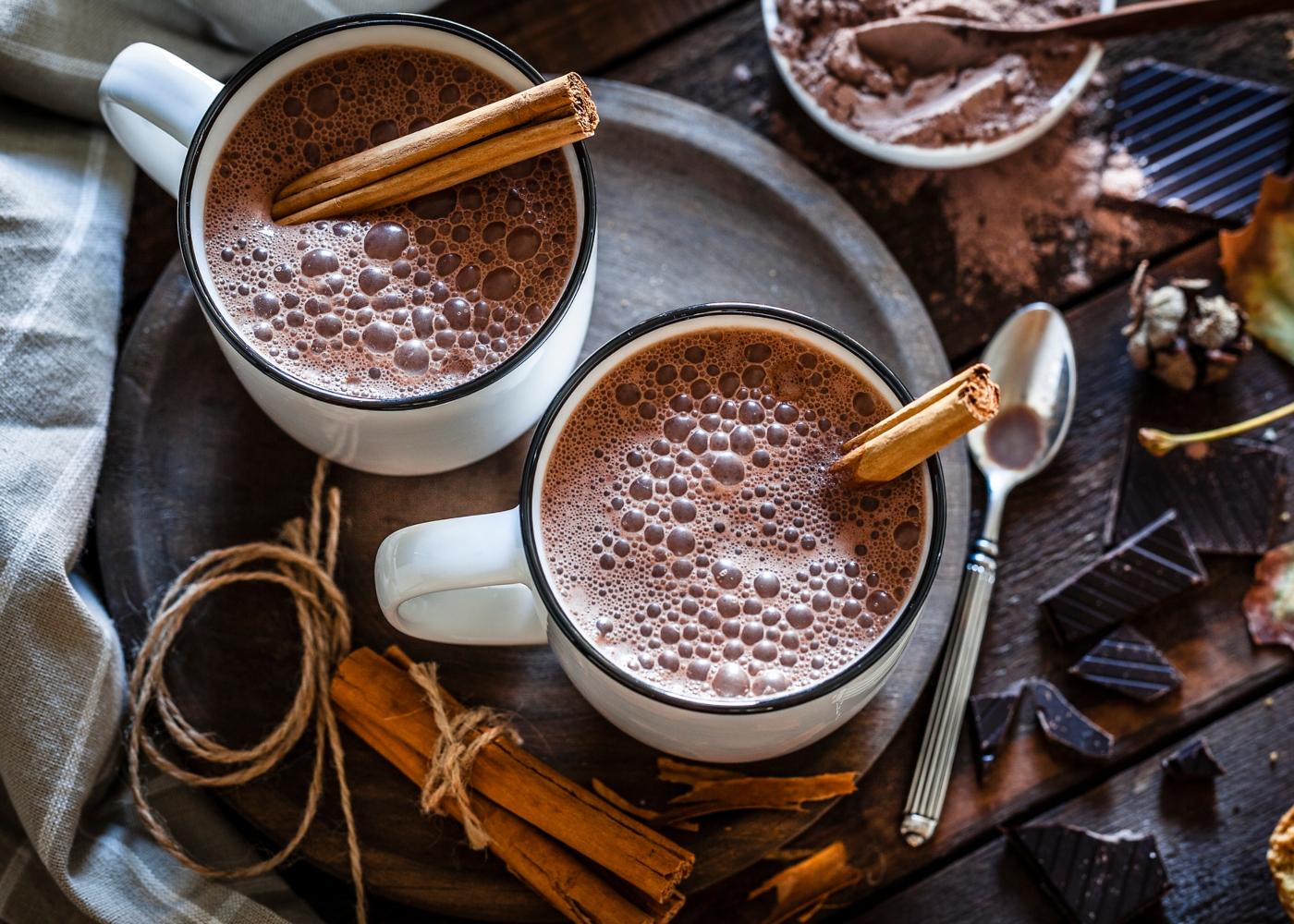 Chávenas de chocolate quente com farinha de araruta
