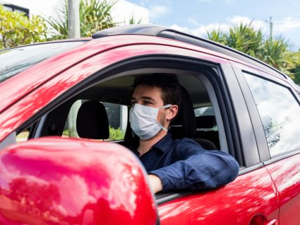 Homem a conduzir com máscara