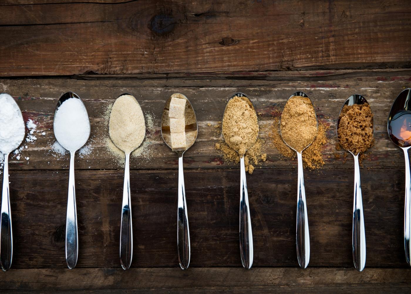Colheres com diferentes tipos de açúcar