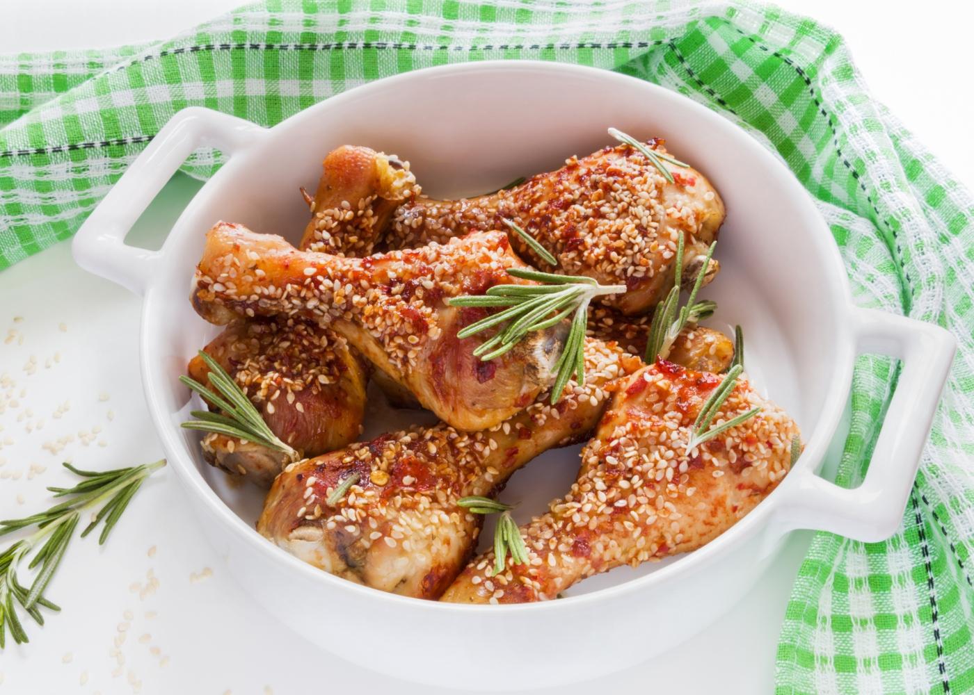 Coxas de frango panadas com sementes de sésamo