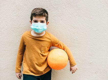 Criança com máscara