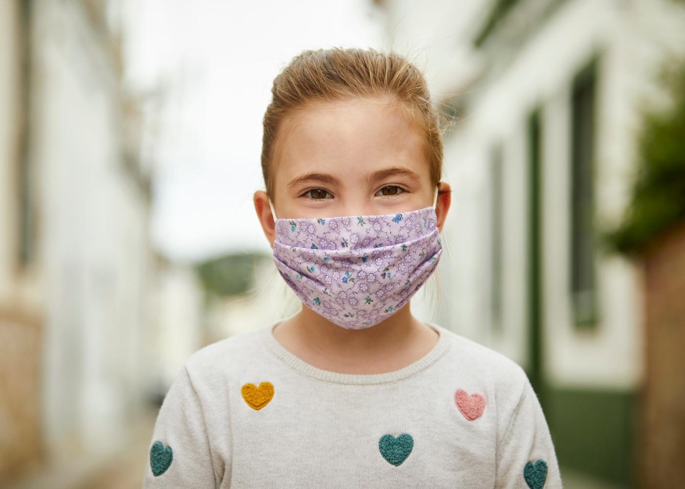 Criança com máscara reutilizável