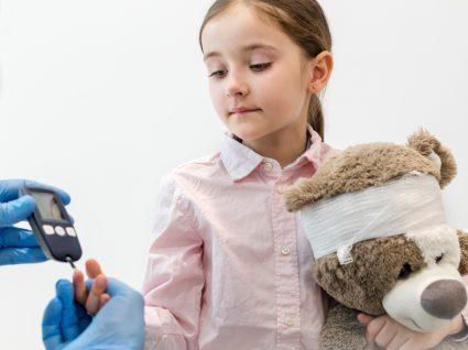 Pediatra a verificar níveis de insulina numa menina