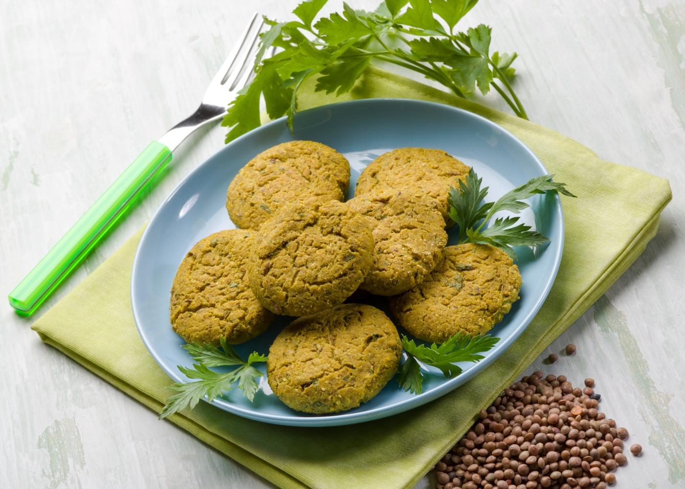 Croquetes de lentilhas servidos num prato