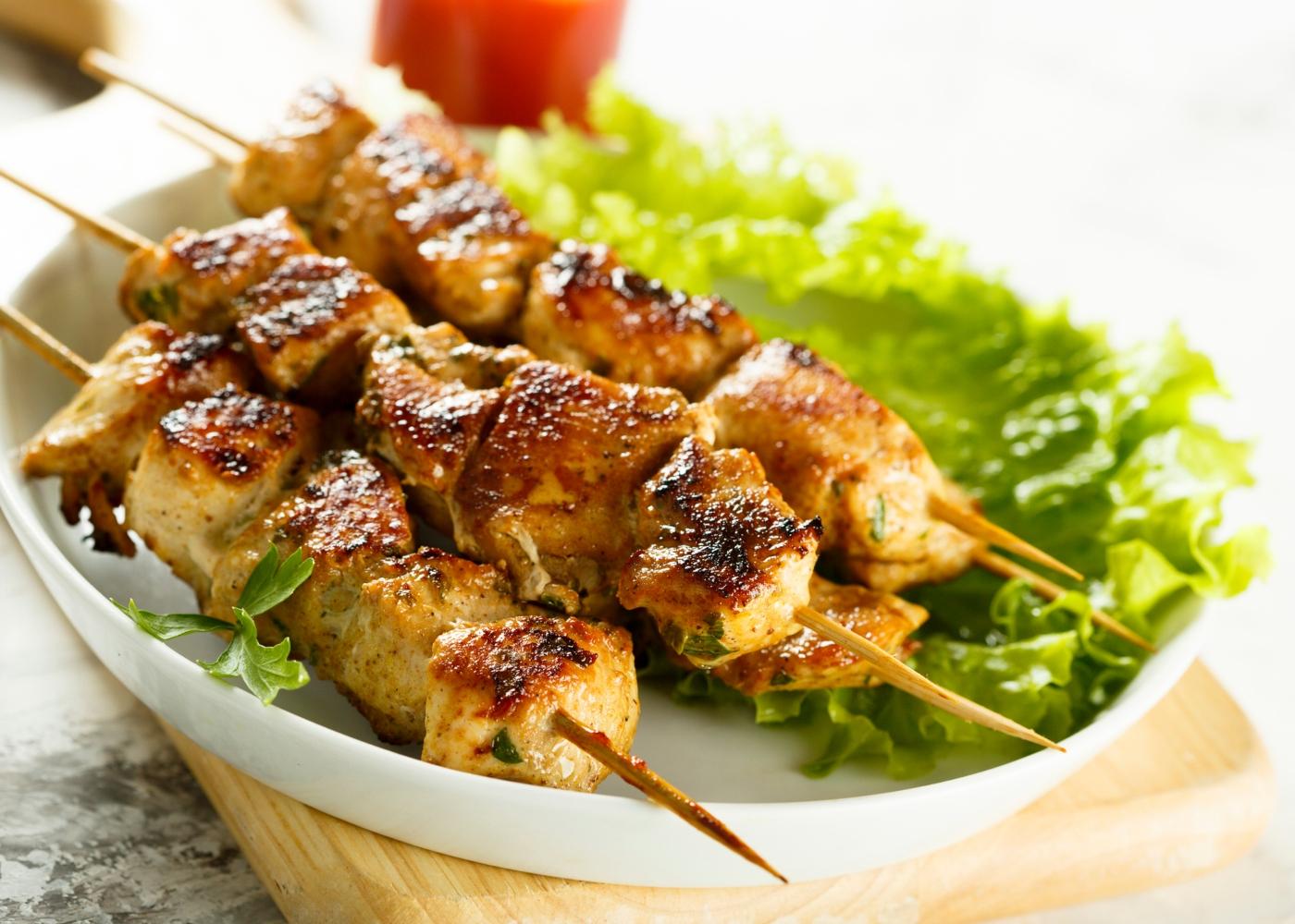 Espetadas de peru com aveia e legumes