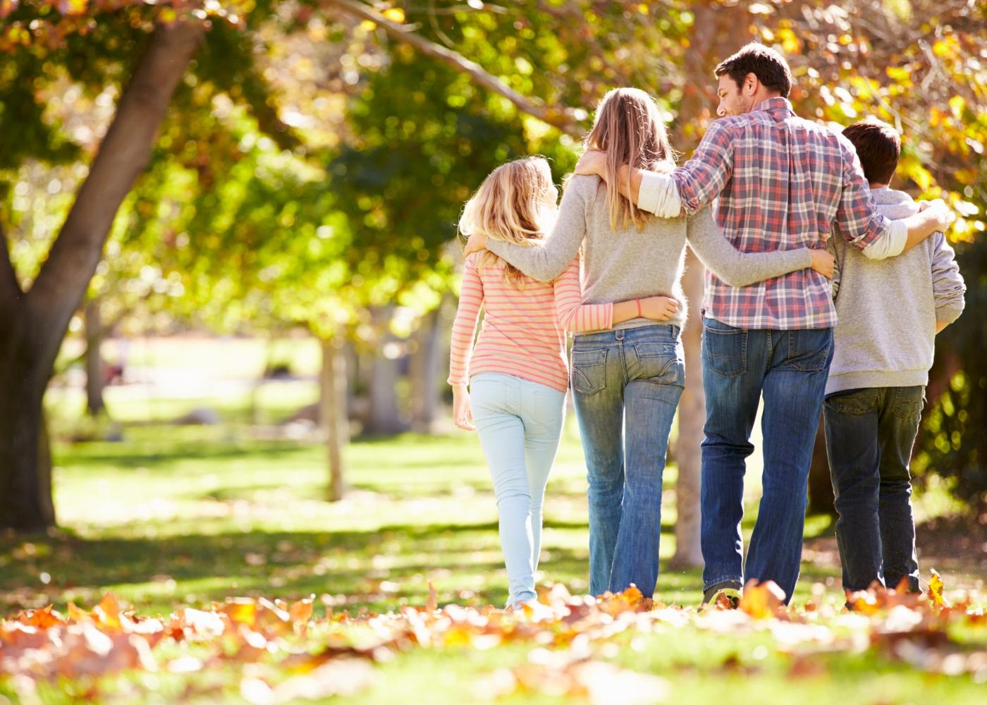 Família a passear no parque