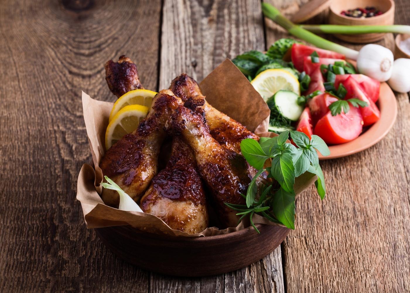 pernas de frango assado com alho e manjericão