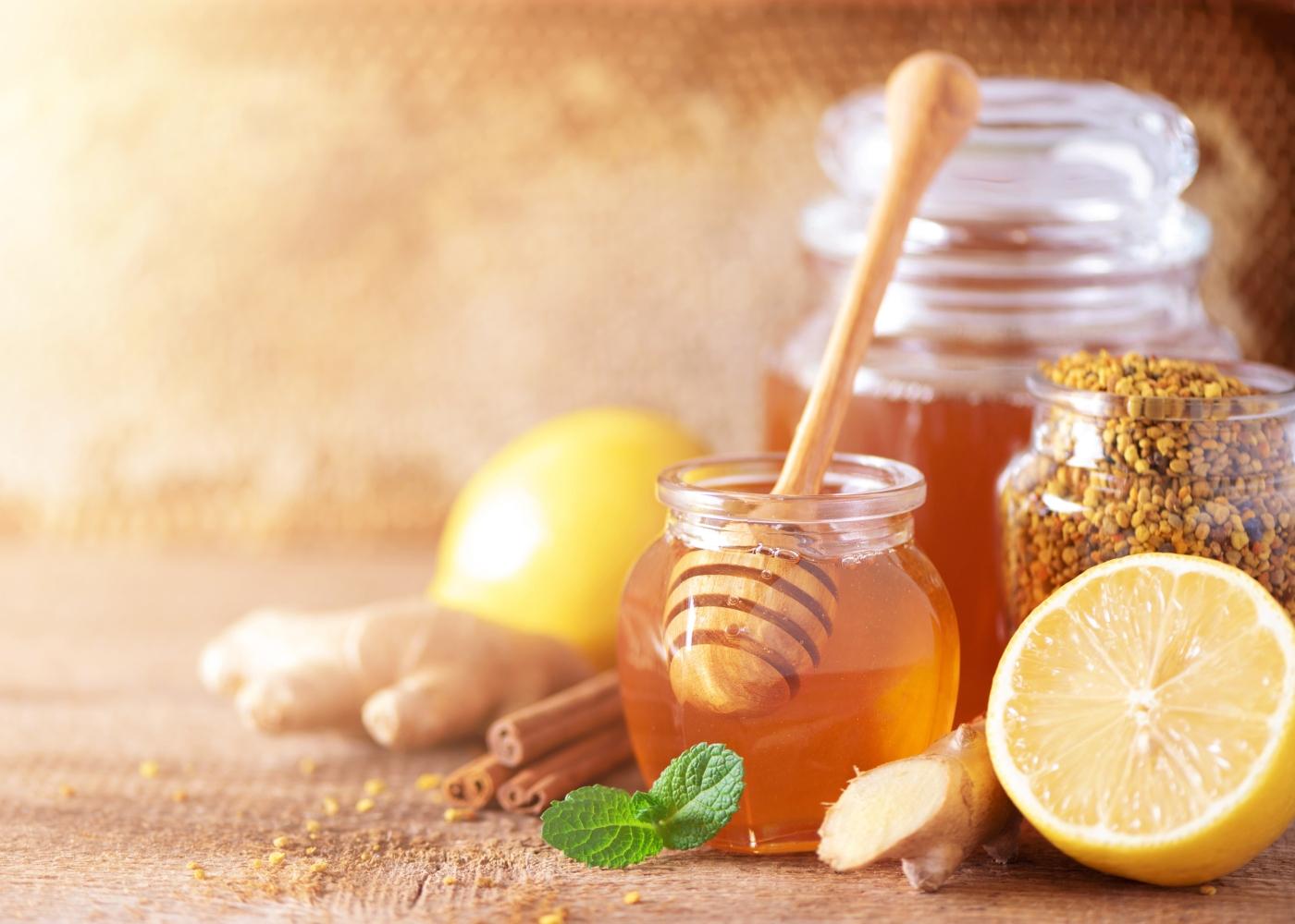 Frasco com mel em cima de mesa