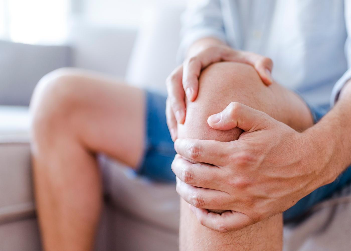 Homem com dores no joelho