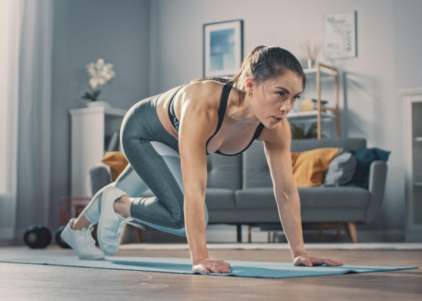 Mulher a treinar em casa