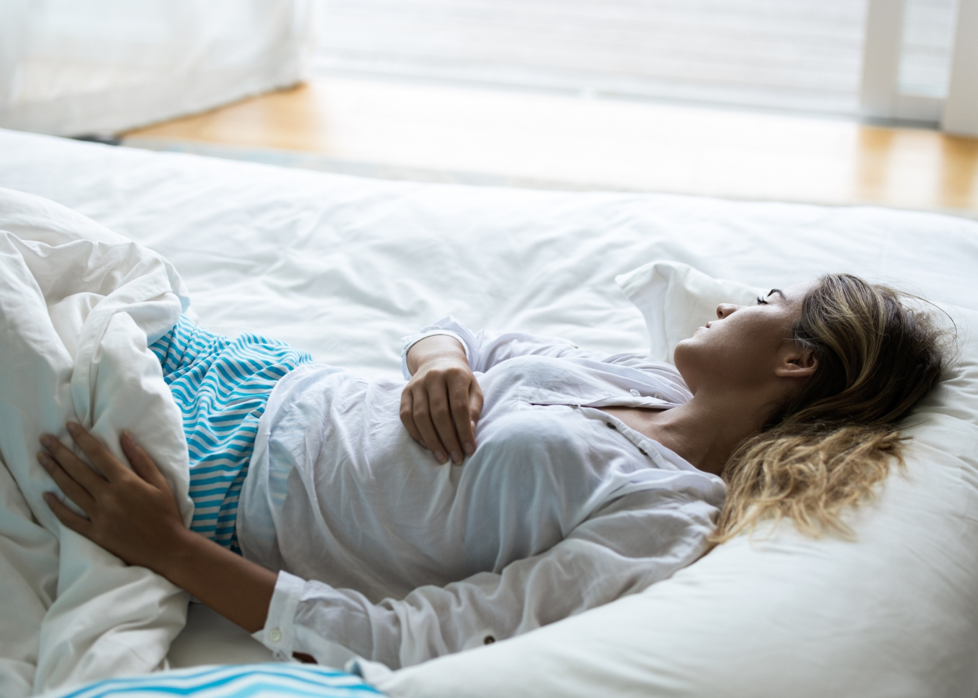 Mulher na cama a descansar