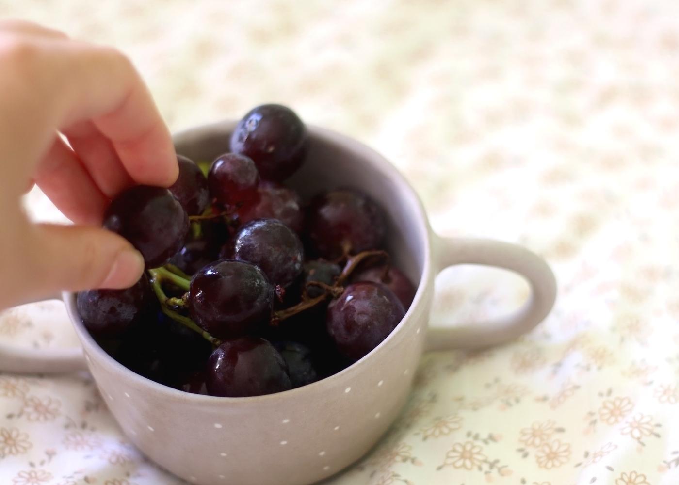 Mulher a comer uvas