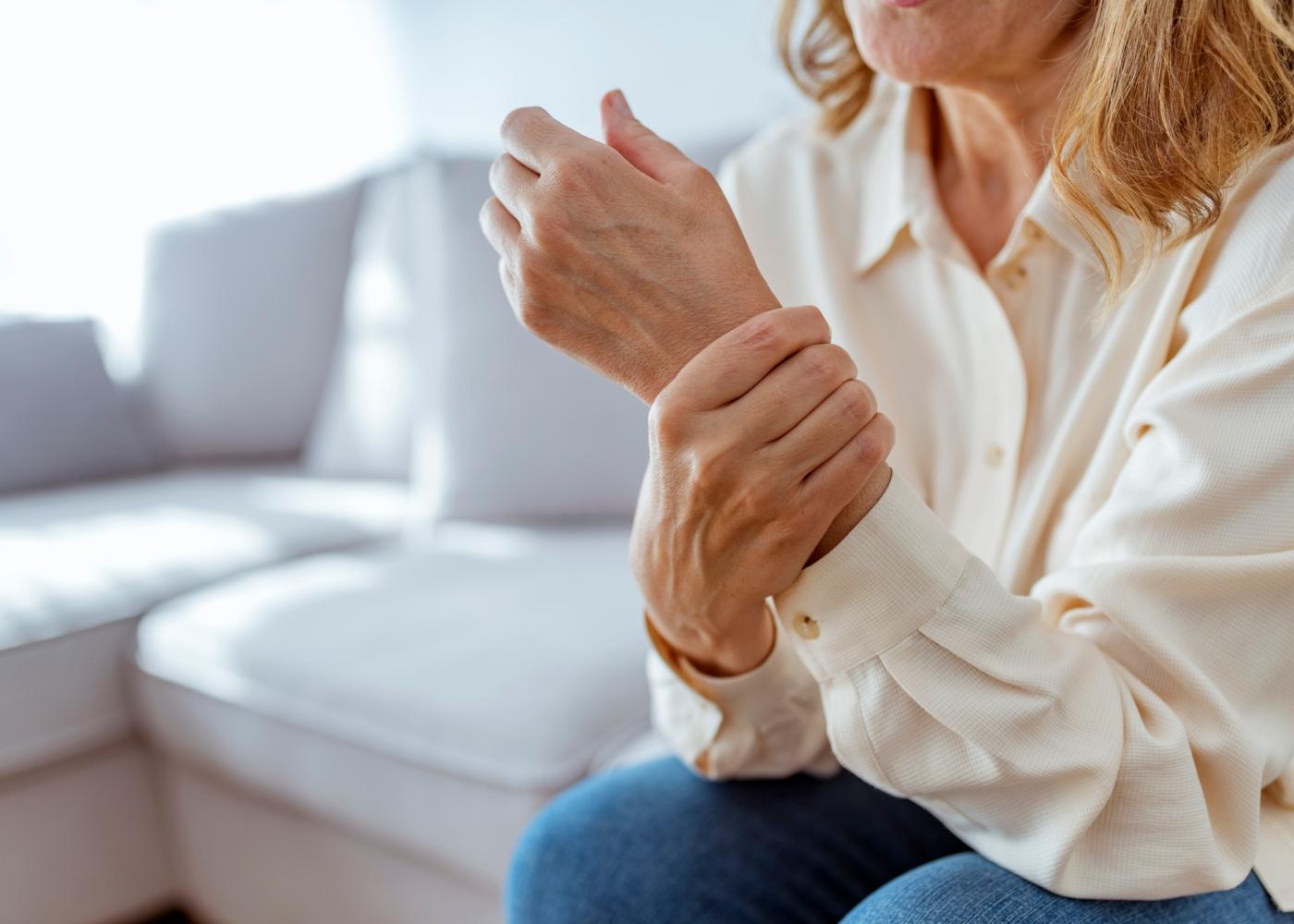 Mulher com dores na articulação do pulso