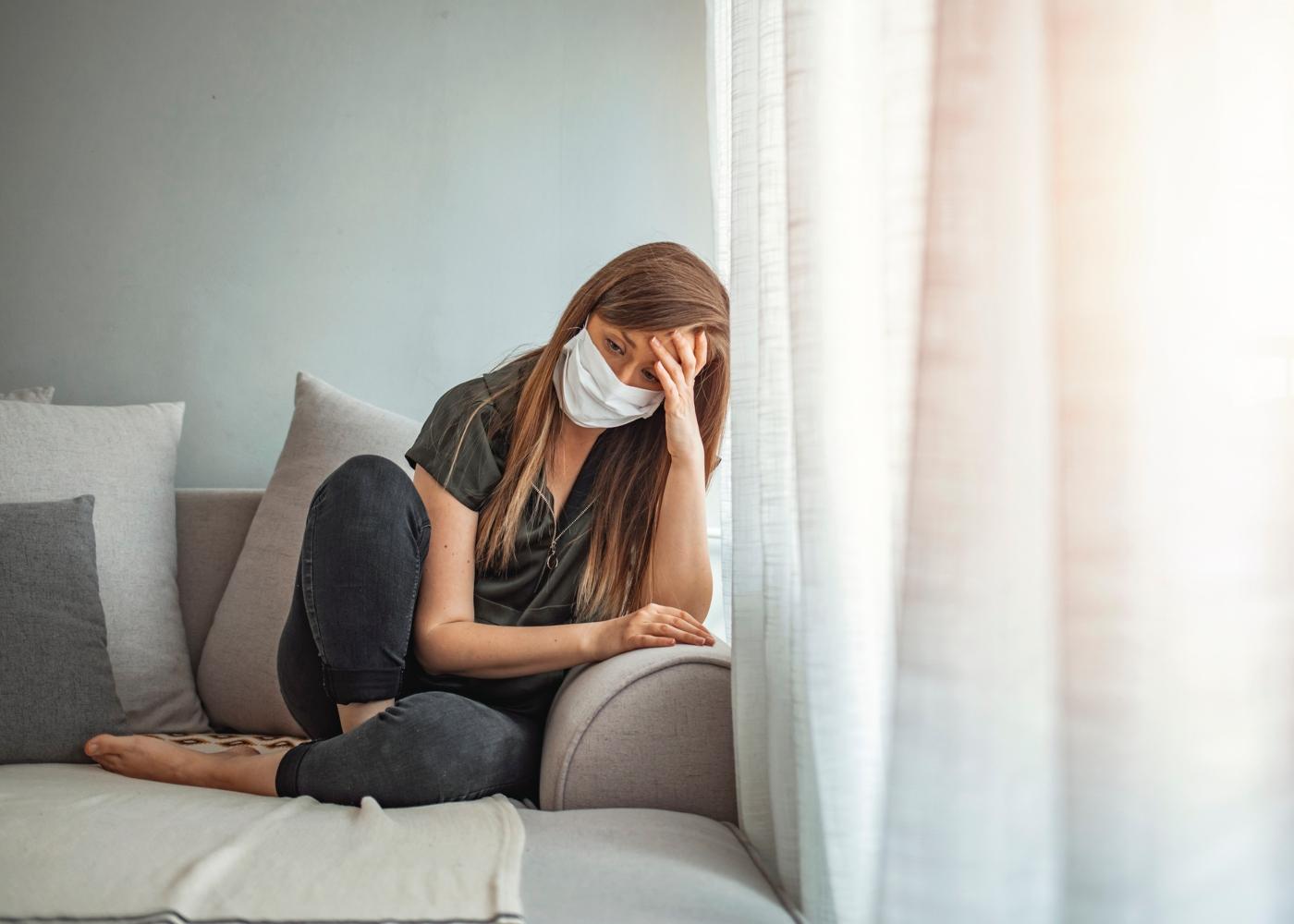 Mulher em isolamento profilático em casa