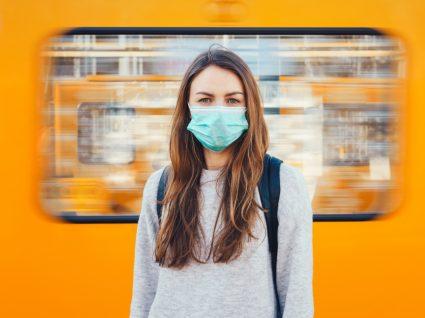 Mulher com máscara no metro