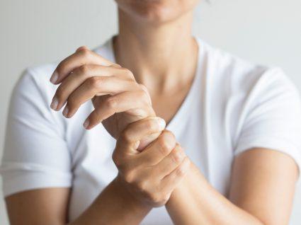 Mulher com sintomas de artrose