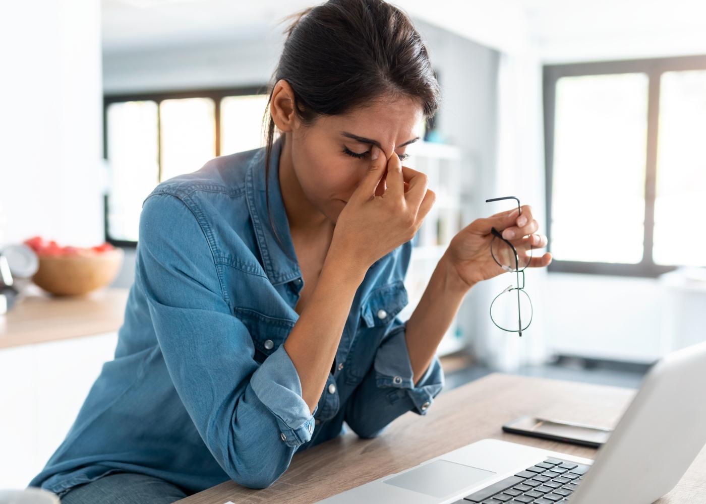 Mulher com sintomas de fadiga