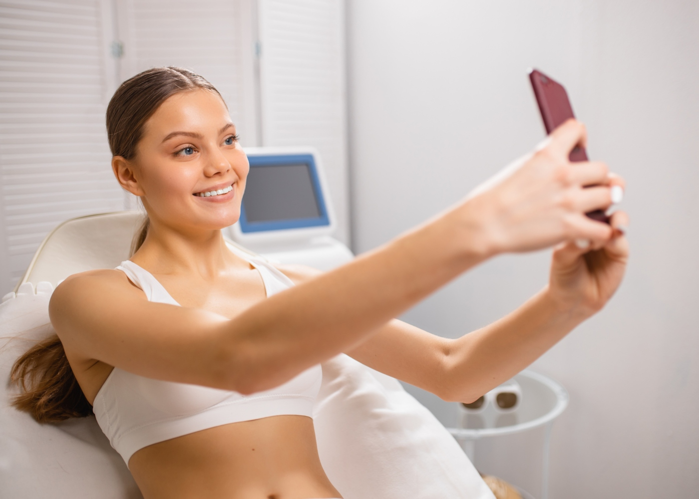 Mulher a tirar selfies após cirurgia estética