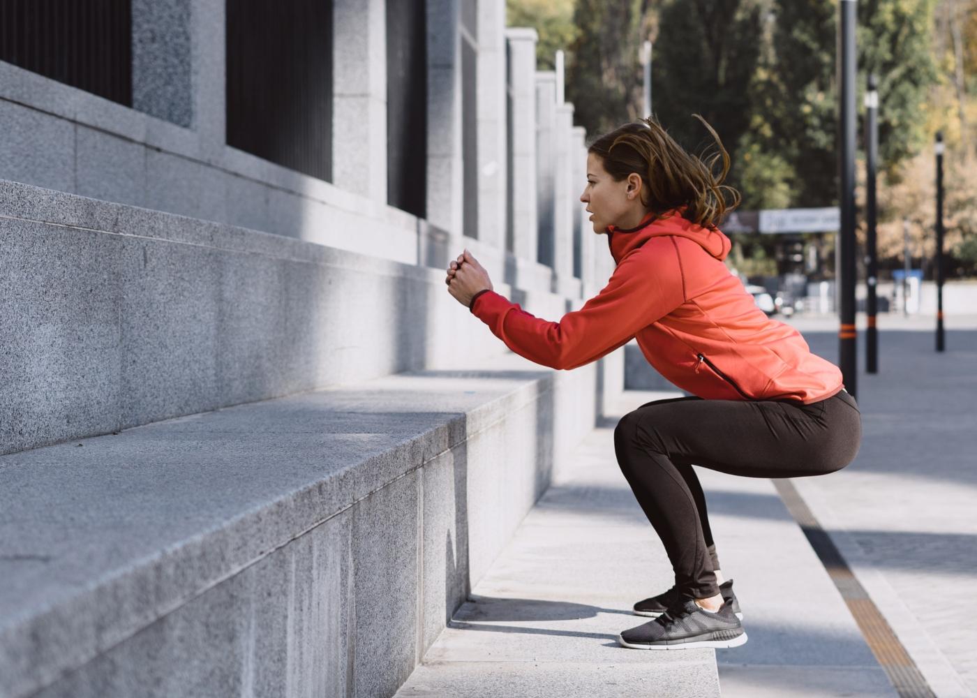 Mulher a treinar na rua