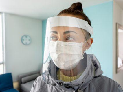 Viseiras: mulher com viseira e máscara