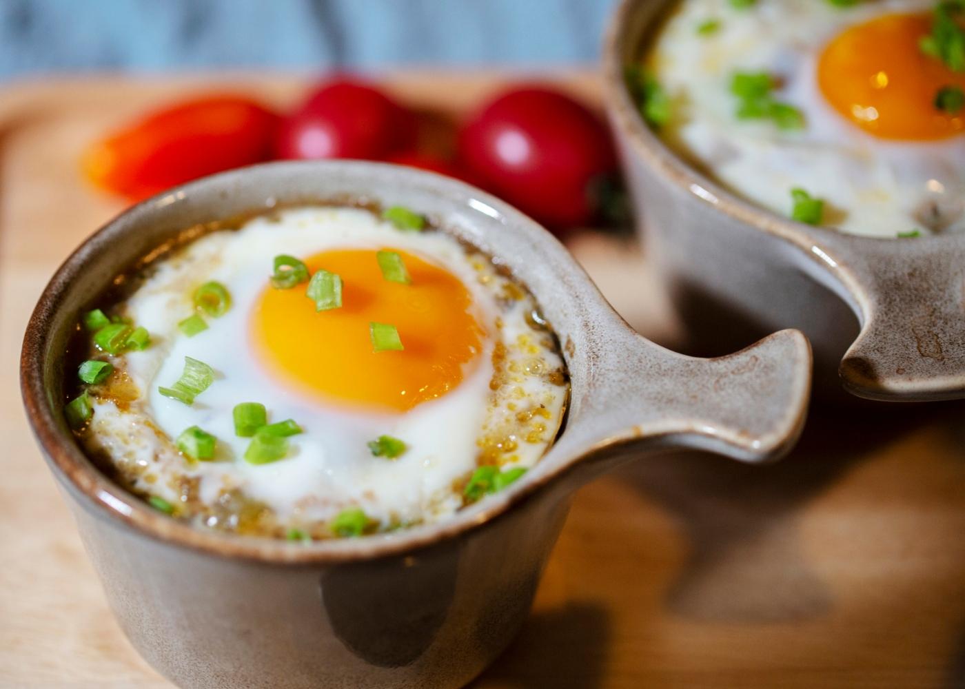 Ovos no forno em cama de courgette