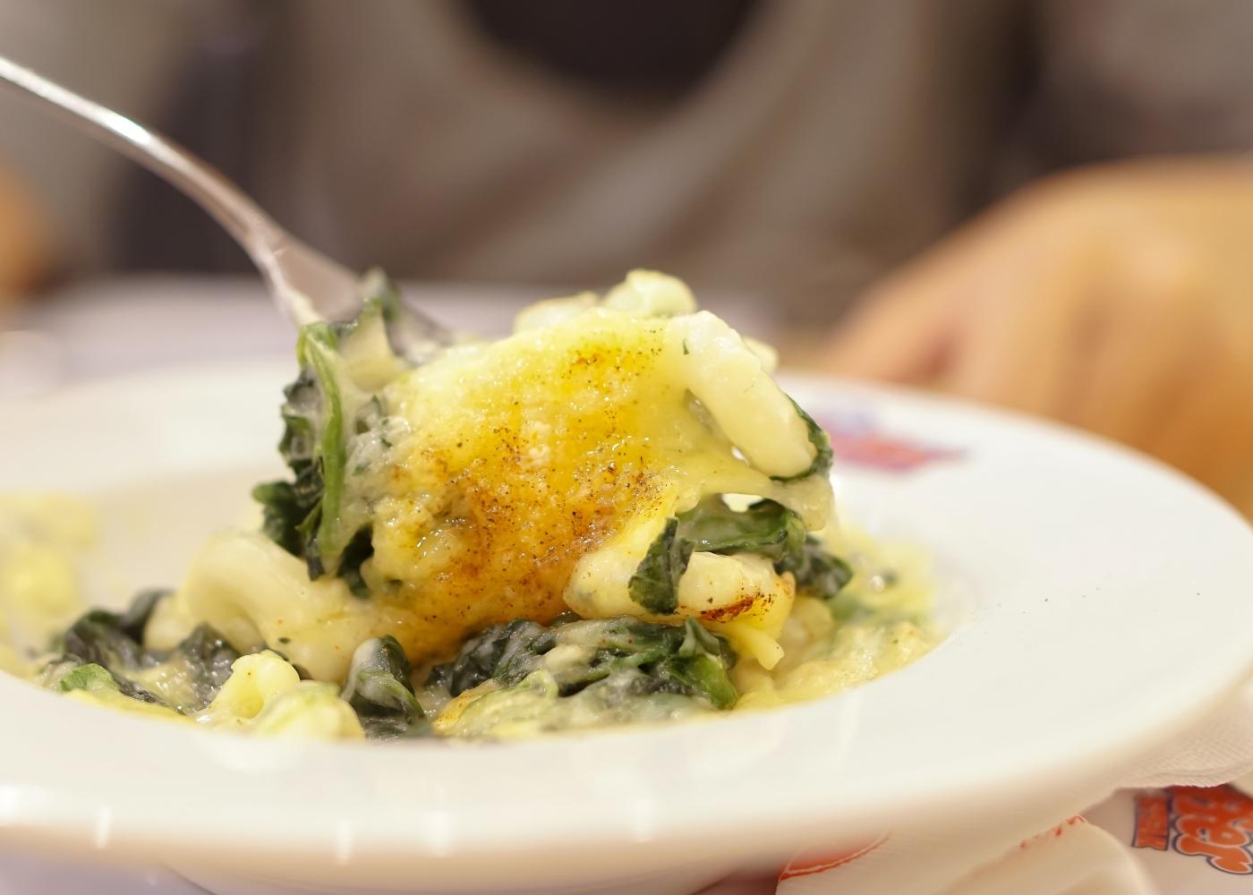 Ovos no forno cremosos com espinafres