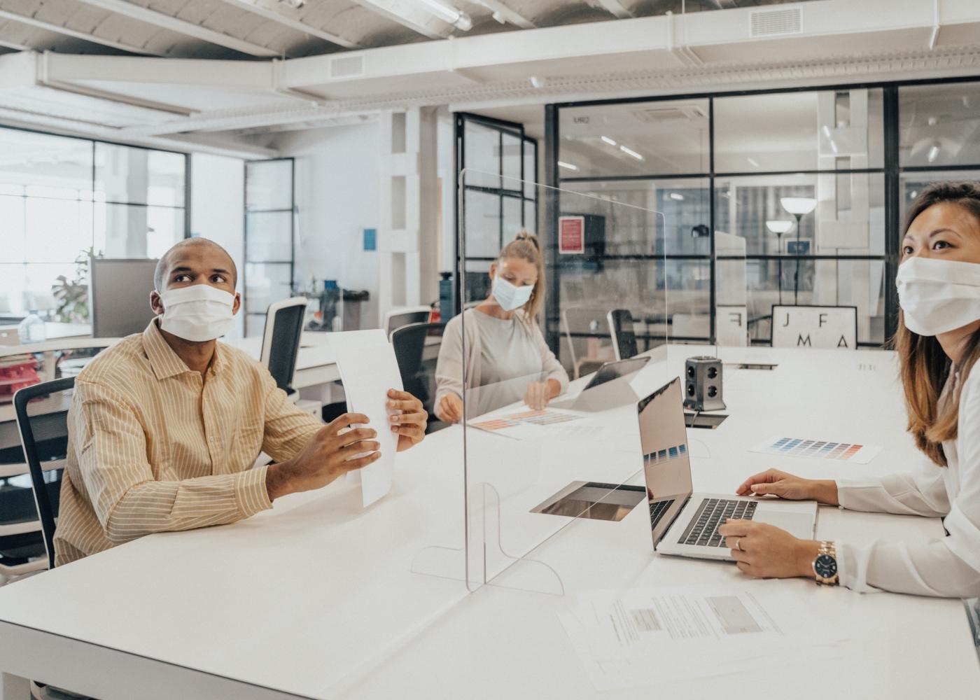 Pessoas com máscara no local de trabalho