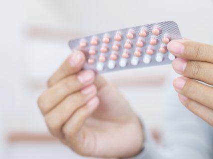 Mulher a tomar pílula