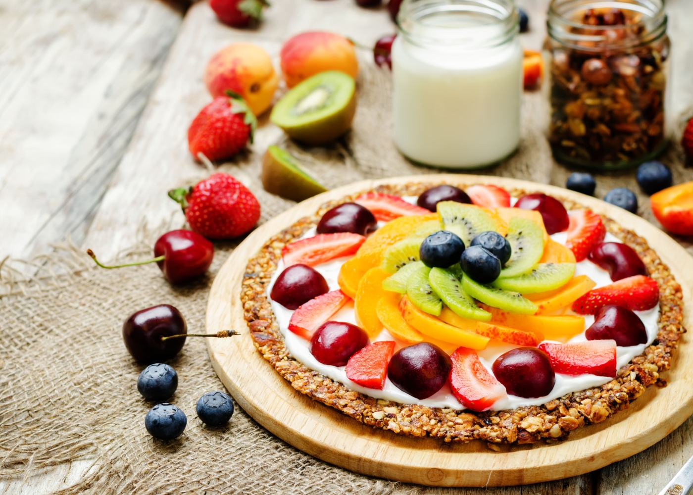 Pizza com base de aveia decorada com frutas