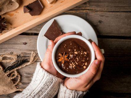Chávena de chocolate quente saudável
