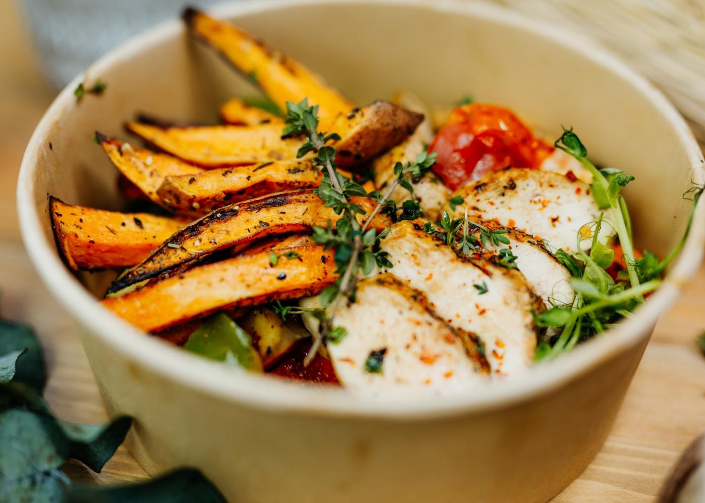 Salada de frango com batata-doce
