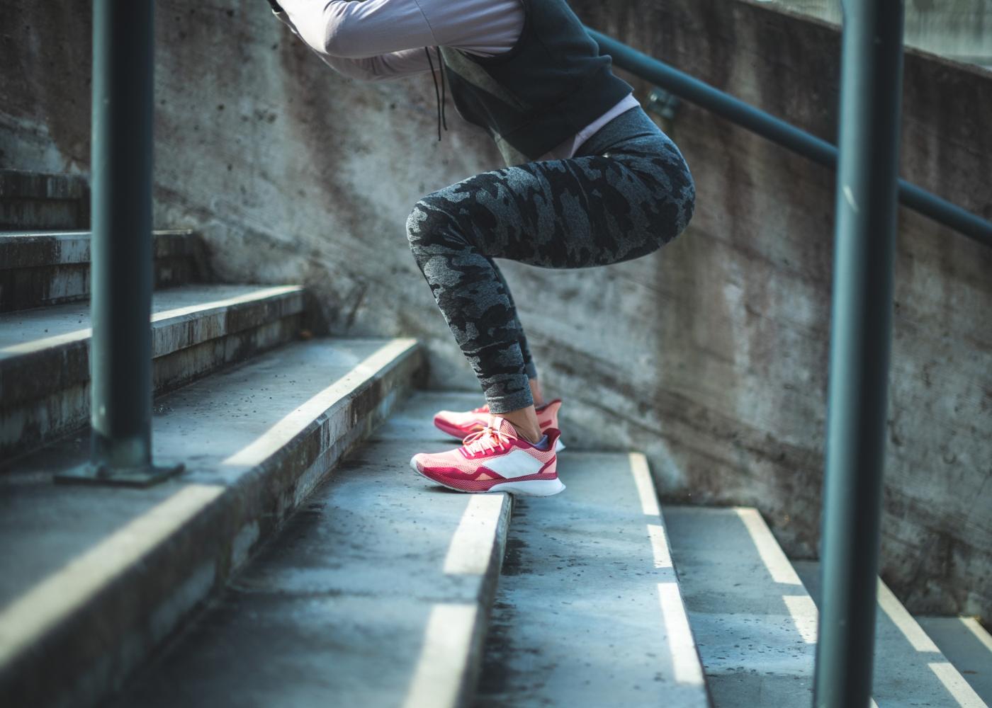 Mulher a treinar salto em escadas